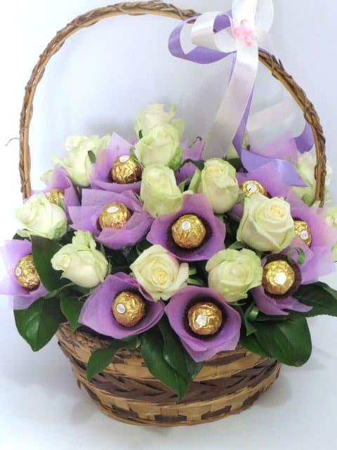 Букеты из живых цветов с конфетами своими  259