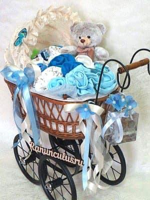 Винтажная коляска с детской одеждой
