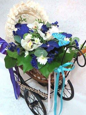 Букета цветов в винтажной коляске