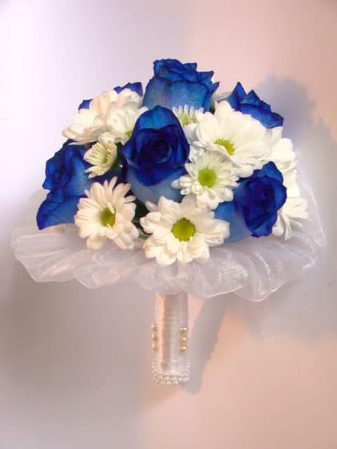 Свадебный букет невесты из белых роз и синих хризантем, большой цветы