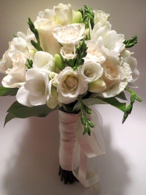 Букет невесты из трех роз и фрезий, роз